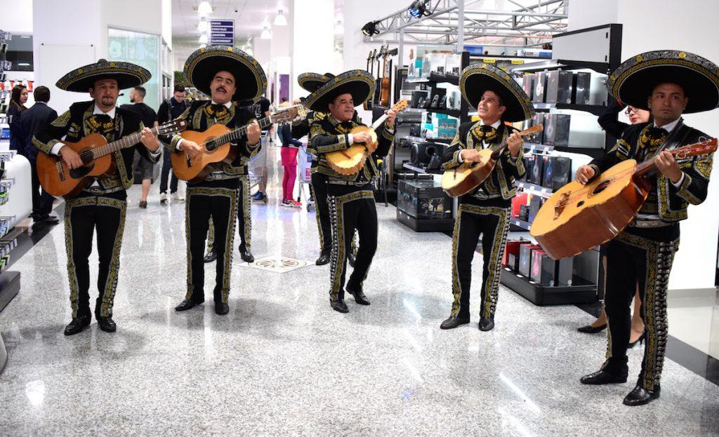 Musicos paraguios no Shopping China